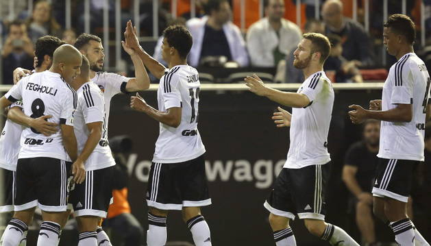 Los jugadores del Valencia celebran el tercer gol ante el Málaga.