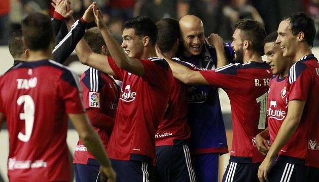 Los jugadores de Osasuna felicitan a Nauzet.