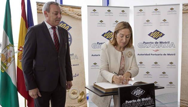Ana Pastor junto al presidente de la Autoridad Portuaria de Motril, Francisco Álvarez de la Chica.