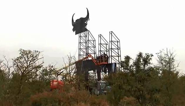 El toro de Osborne que fue derribado en Tudela, de nuevo en pie