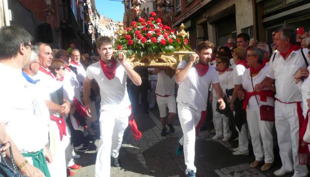 """El """"robo de los Santos  San Cosme y San Damián"""", protagonizado  el 27 de septiembre por los auroros y por jóvenes de Andosilla, constituye el acto central de las fiestas patronales de Arnedo (La Rioja)."""