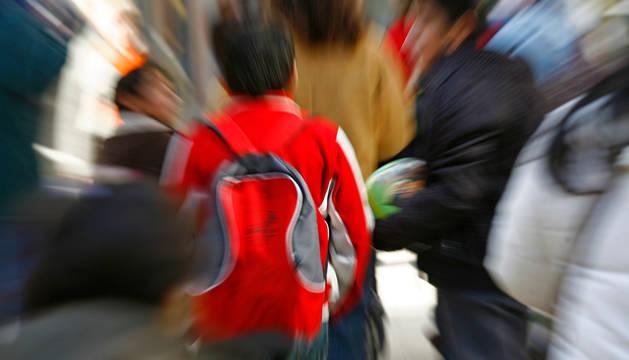 Escolares camino de clase en Estella en una imagen de archivo en la localidad.