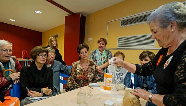 Frater Martínez, en el proceso de elaboración de dulces a base de almendra.
