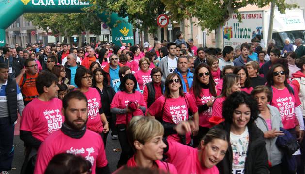 Participantes en la prueba para recaudar fondos contra el cáncer de mama que se realizó el domingo por la mañana en Cintruénigo.