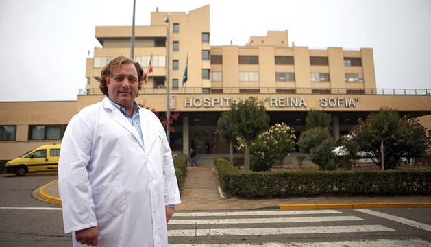 Benigno Pérez Martínez posó ante la entrada principal del Hospital Reina Sofía de Tudela.