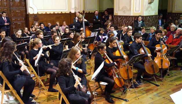 La orquesta Loyola Magis interpreta una pieza durante el concierto de clausura.