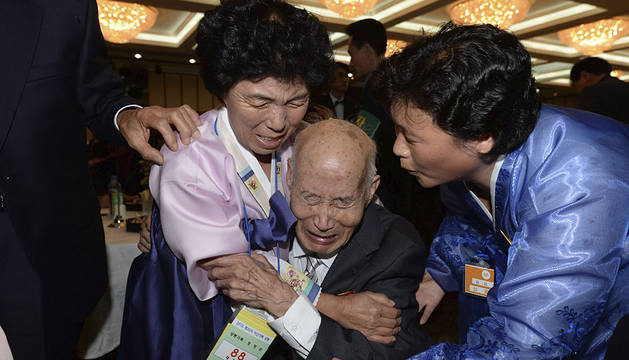 El norcoreano Chae Hun-Sik se reúne con su familia surcoreana.