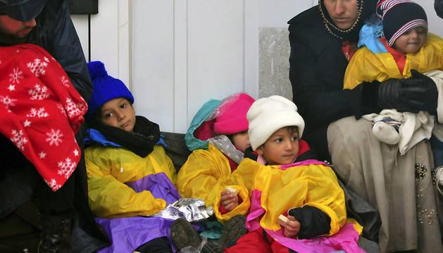 Croacia abre un paso fronterizo para permitir entrar a miles de refugiados