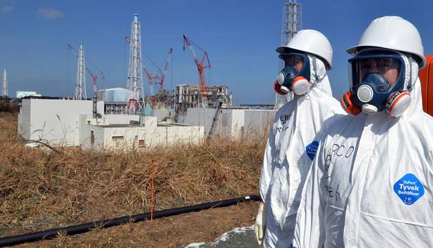 Dos trabajadores de Fukusima, en 2012.
