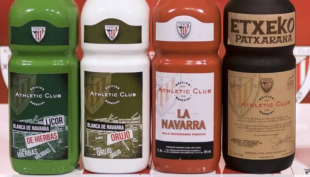 Las botellas del Grupo La Navarra, con el escudo del Athletic.