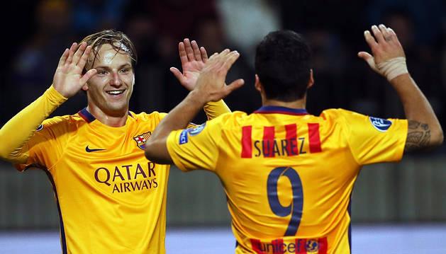 Rakitic celebra con Luis Suárez uno de sus goles.