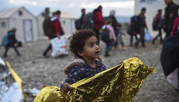 Una niña siria refugiada, tras cruzar la frontera entre Grecia y Macedonia.
