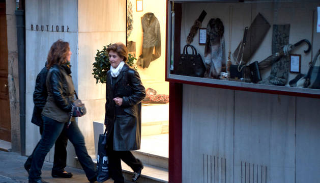 Varias personas de compras  en comercios de Tafalla.