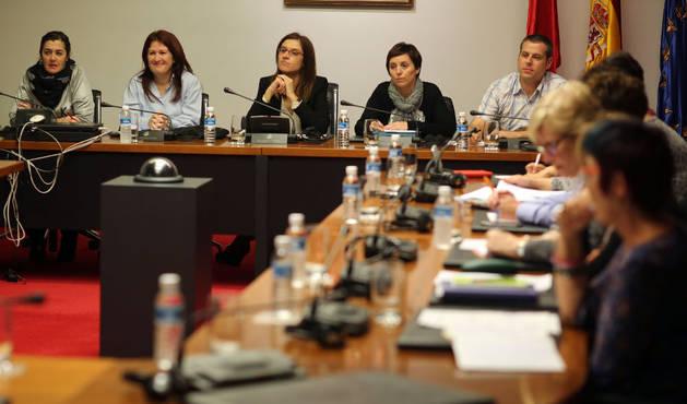 Sandra Frías (Apyma), Estela María Pérez (directora del centro), Nuria Medina (presidenta de la comisión -PSN-), Cristina Ros (concejal de Educación) y David Álvarez (alcalde).