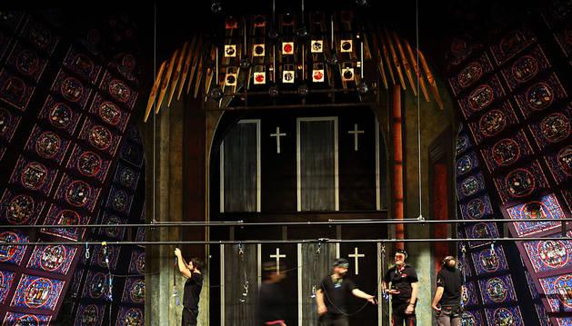 Los técnicos montan parte del escenario que se convertirá en una iglesia con  llamativas vidrieras.
