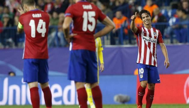 Óliver Torres, feliz por su gol.