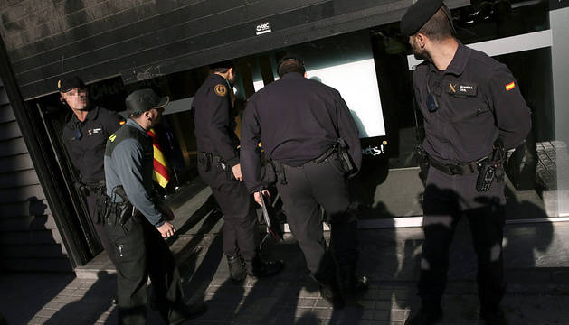 Agentes de la Guardia Civil registran la sede de CDC.