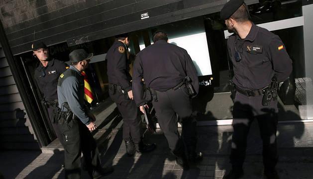 Agentes de la Guardia Civil registran la sede de CDC.