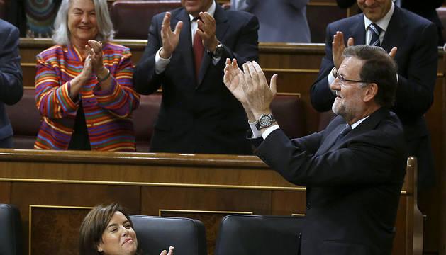 Rajoy, rodeado de diputados populares en el Congreso.