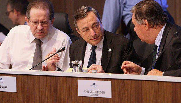 Mario Draghi, en el centro.