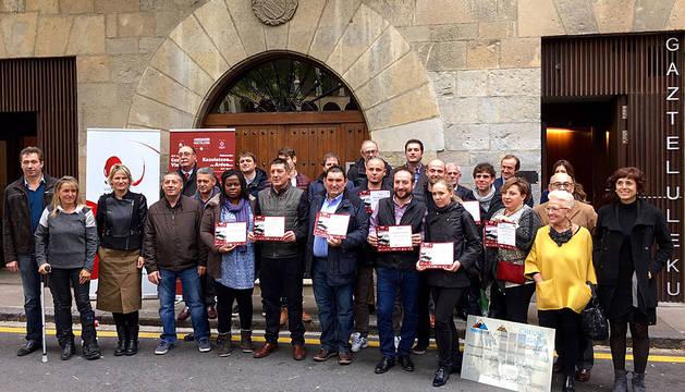 Foto de familia de los ganadores y el jurado de la  XIV Semana de la Cazuelica y el Vino.