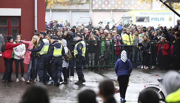 Agentes de policía, acordonando la escuela.