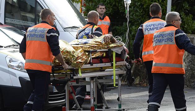 Los servicios de emergencias trasladan a un herido.