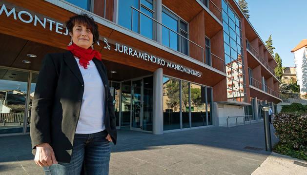 Mariví Sevilla delante de la sede de Mancomunidad de Montejurra, organismo que también preside.