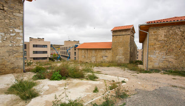 Vista parcial del pueblo Viejo de Sarriguren. Al fondo, algunos bloques de la urbanización.