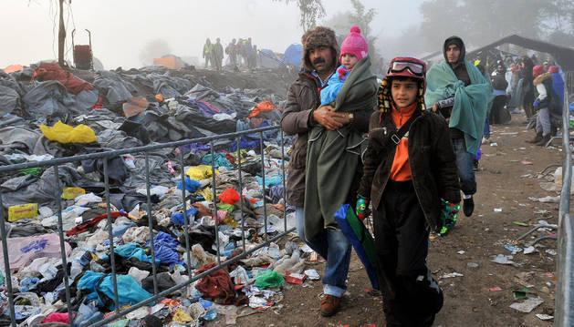 Un grupo de refugiados cruzan la frontera entre Serbia y Croacia en el pueblo de Berkasovo.