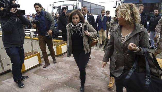 La vicepresidenta del Gobierno español, Soraya Sáenz de Santamaría, sale del hotel en el que ha esperado la solución a una avería del avión.