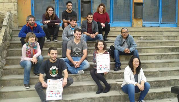 Varios de los colaboradores de la jornada de solidaridad con los refugiados sirios en el frontón Lizarra, donde se celebrarán varios actos.