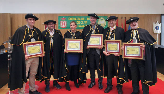 De izquierda a derecha, Pablo Orbaiz junto a uno de los cofrades, la presidenta Uxue Barkos, Álex Múgica, Miguel Ángel Martínez y Pepe Ruiz.