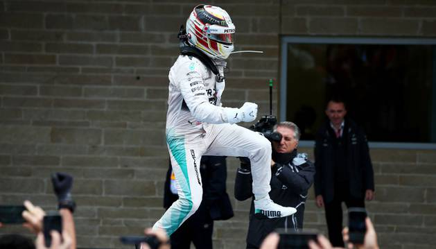 Hamilton celebra su título mundial.