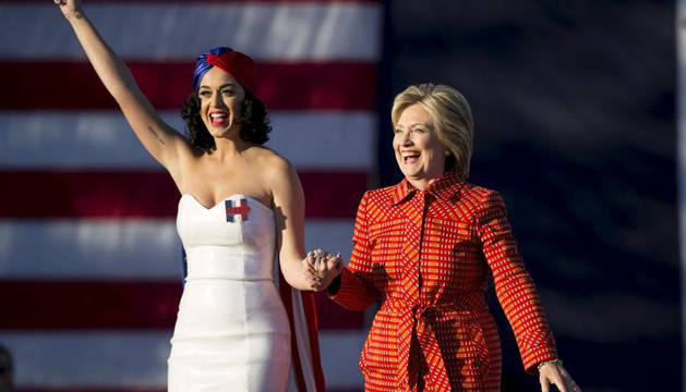 Katy Perry y Bill Clinton animan la campaña de Hillary en Iowa