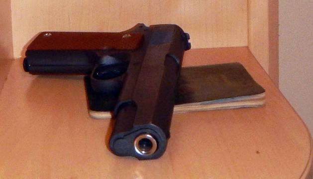 La pistola simulada hallada en el registro del detenido en Tafalla.
