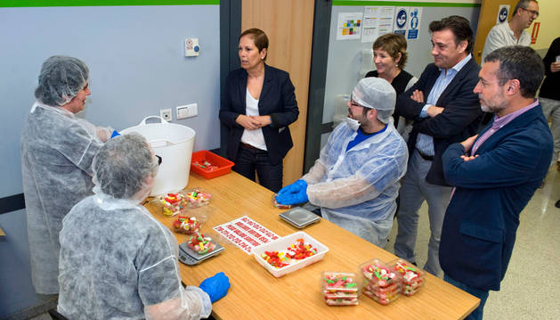 La presidenta del Gobierno de Navarra y el vicepresidente conversan con varios trabajadores de Elkarkide.