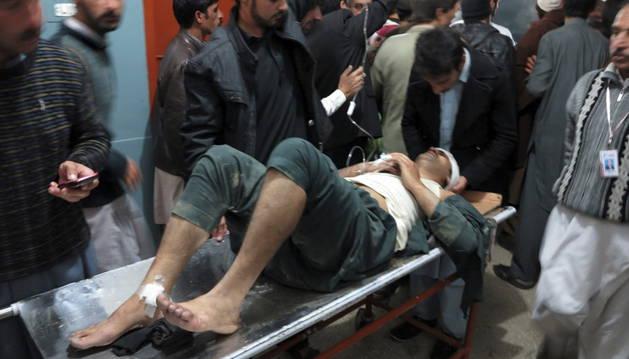 Un herido recibe atención médica tras el seísmo de 7,7 grados al norte de Kabul (Afganistán).