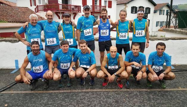 Un grupo de corredores del club Manttale de Bera, en una prueba en Sara.