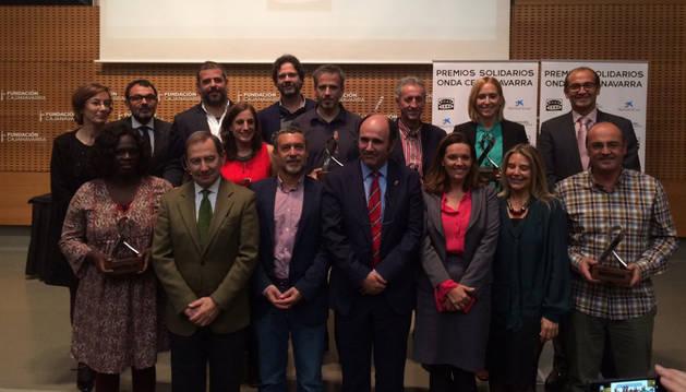 Foto de familia de los galardonados en los I Premios Solidarios Onda Cero Navarra.