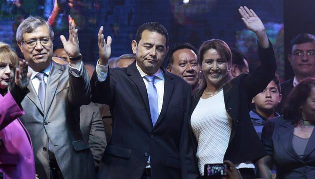 Morales, celebrando la victoria con el vicepresidente Jafeth Cabrera y su esposa, Gilda de Morales.