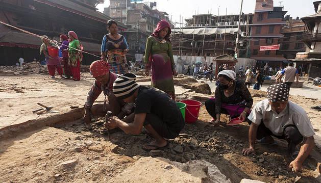 Varias personas participan en una excavación cerca del templo de Kastamandap que fue destruido en el terremoto en Katmandú.