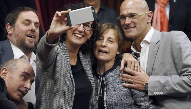 Los diputados de Junts pel Sí, Lluís LLach (i), Oriol Junqueras (2i), Marta Rovira (3i) y Raül Romeva (d), se fotografían con Carme Forcadell (2d), elegida presidenta del Parlament de Cataluña.