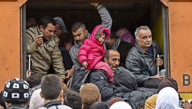 Refugiados se agolpan en un tren en macedonia para llegar a la frontera serbia.
