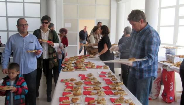 Varias personas observan la exposición de 182 especies micológicas.