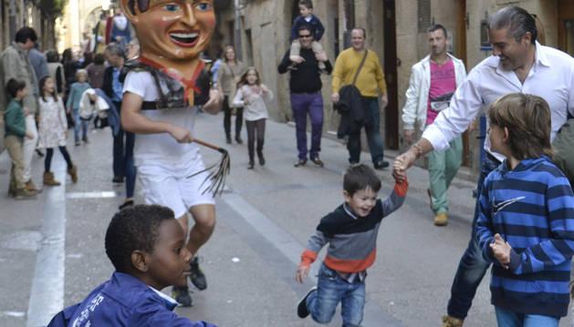Los niños corrían delante de los cabezudos Conguito y Torero.