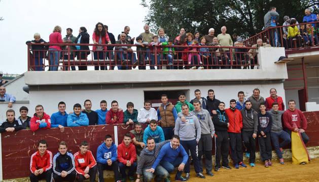 Un grupo de personas en la plaza Carcaba Brava.