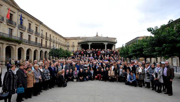 Los socios en una gran foto de familia en la plaza de Navarra de Tafalla.