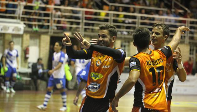 El capitán Andresito celebra un gol contra Peñíscola.