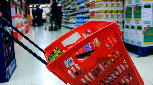 Una persona realiza la compra en un supermercado.